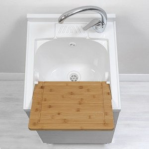 Lavatoio interno con vasca in resina e asse lavapanni